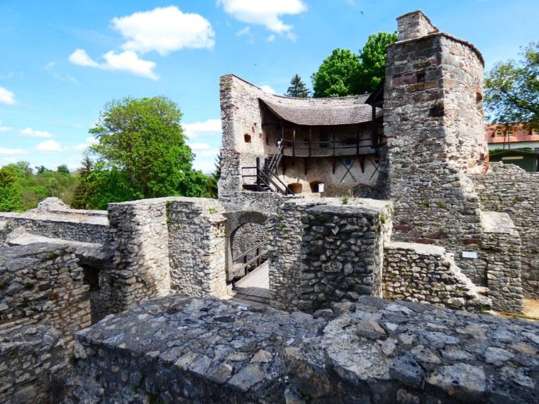 da75d319d3 ... az új kastélyát, így a vár még inkább veszített a jelentőségéből,  elsősorban börtönnek használták 1848-ig. A 18-19. században földrengés,  majd tűzvész ...