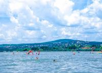 Felfüggesztették négy velencei-tavi strand működését