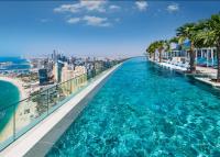 Megnyílt a világ legmagasabb végtelen medencéje Dubajban