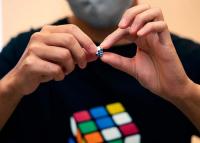 Bemutatták a Rubik-kocka miniatűr változatát