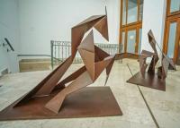 Acélszobrokból nyílik kiállítás a szegedi Reök-palotában